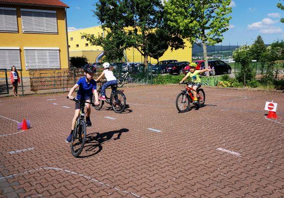 Fahrradprüfung der Montessori - Viertklässler
